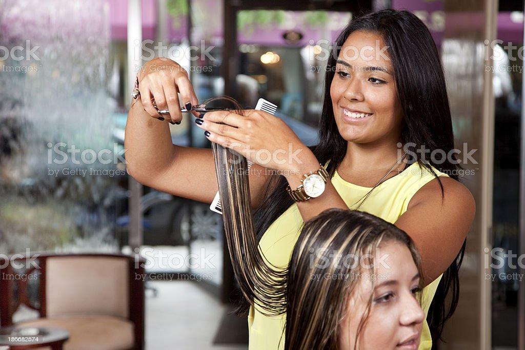 Weibliche Friseur Lächelnd Als She Schnitte Lange Haare Des
