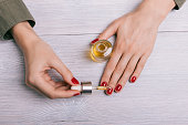 爪に適用される女性の手油