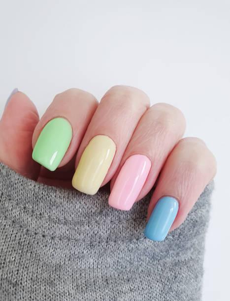 weibliche hand schönen maniküre pullover - herbst nagellack stock-fotos und bilder