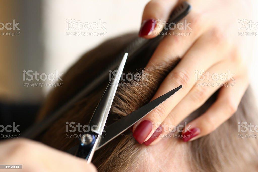 女手拿著剪髮機美髮師 - 免版稅人圖庫照片