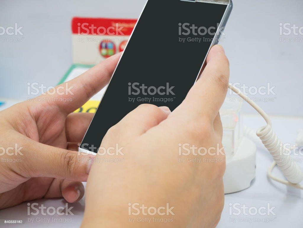 892cb0f2b feminino mão segurar móvel smartphone na loja de celular foto royalty-free