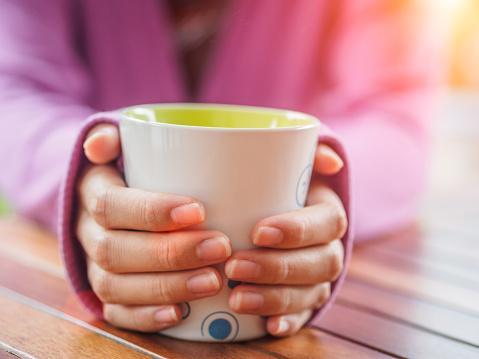 여성 손 나무 테이블에 컵을 들고입니다 가을에 대한 스톡 사진 및 기타 이미지