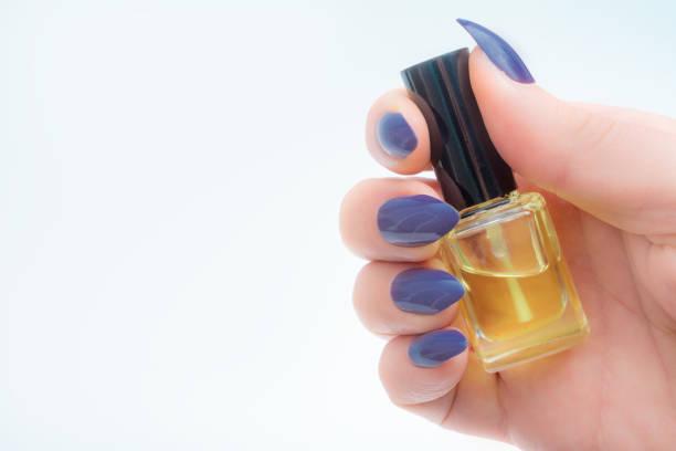 weibliche hand, die kutikula ölflasche - nails stiletto stock-fotos und bilder