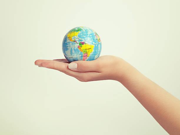 Weibliche hand holding Welt waren überaus beeindruckt. speichern Sie die Erde Konzept – Foto