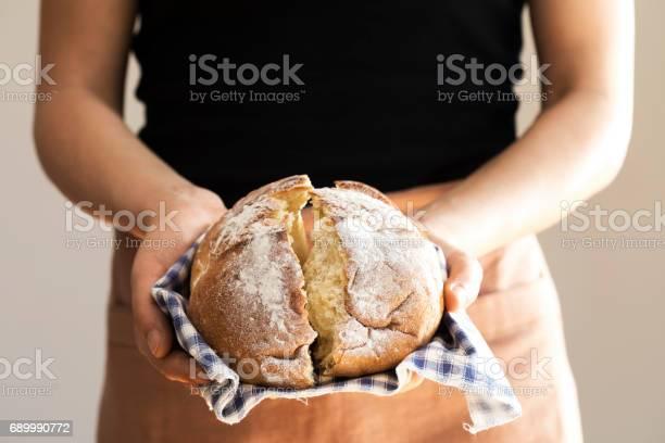 Weibliche Hand Hält Heißes Frisch Gebackenes Brot Stockfoto und mehr Bilder von Backen