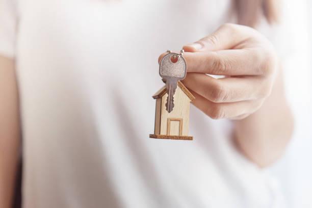 여성의 손을 잡고 집 열쇠 - home 뉴스 사진 이미지