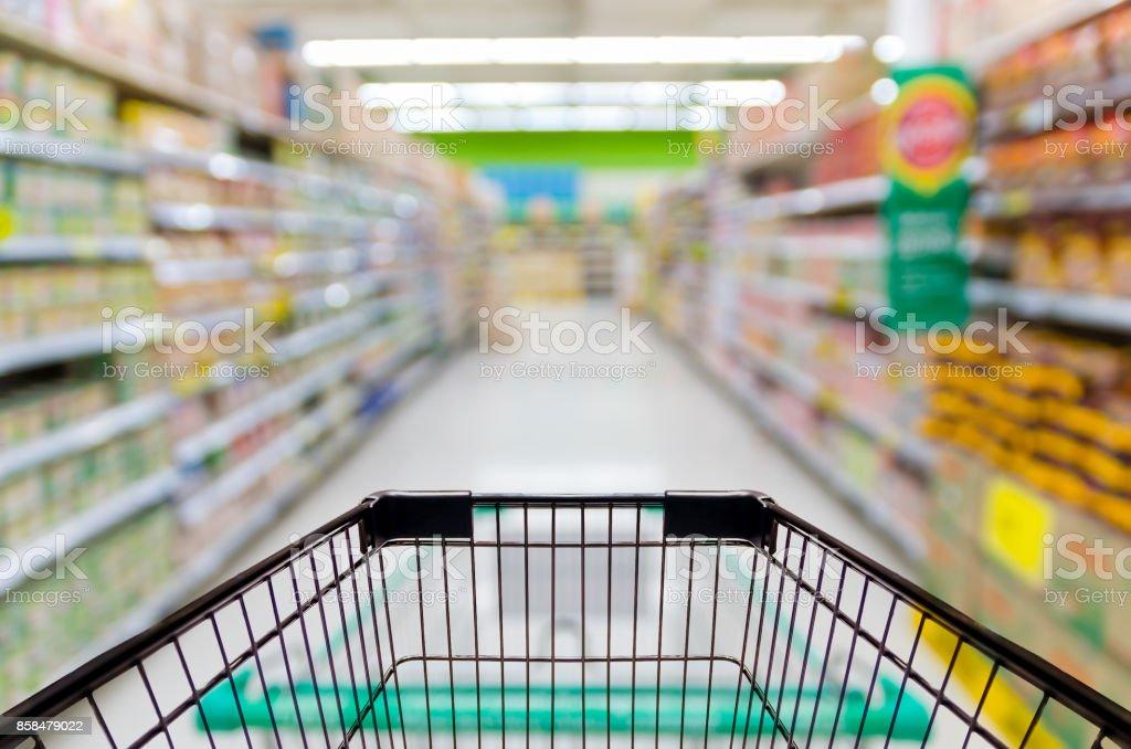 Weibliche Hand hält mobile Smartphone auf Supermarkt Unschärfe Hintergrund, Business-Konzept Lizenzfreies stock-foto