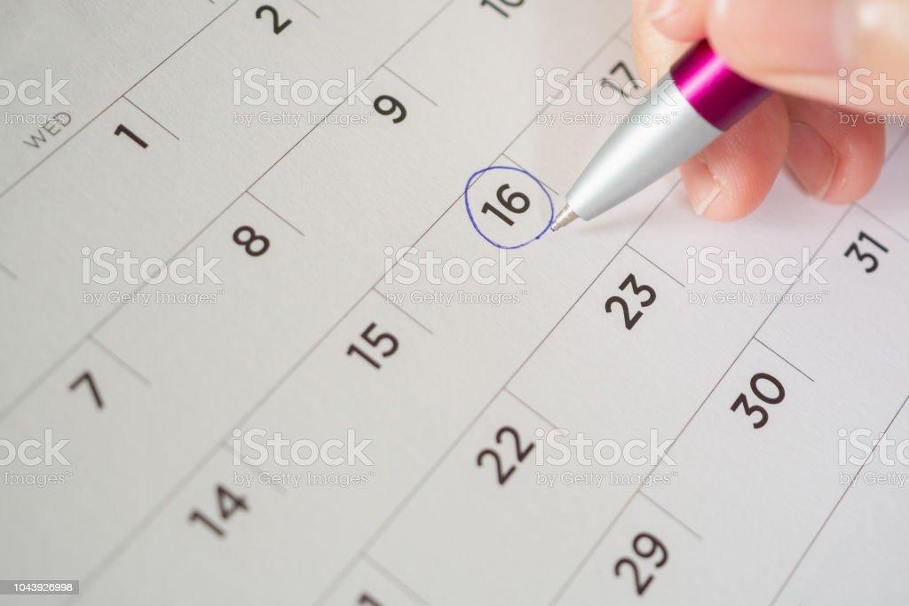 Marca Calendario.Mujer Mano Pluma Circulo Marca En La Pagina De Calendario Foto De