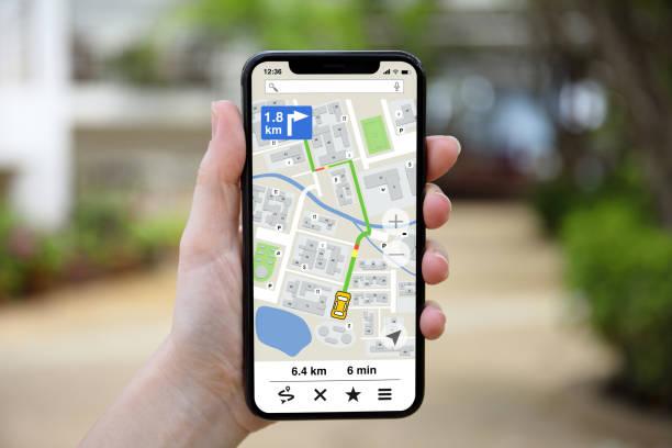 Weibliches Handy mit App Navigationskarte auf dem Bildschirm – Foto