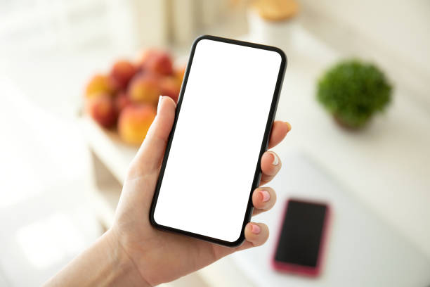 weibliche Shand haltenTelefon mit isoliertem Bildschirm im Raum – Foto