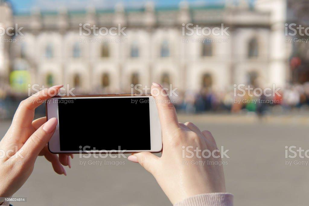 femme main tenant smartphone foule de prendre photo - Photo