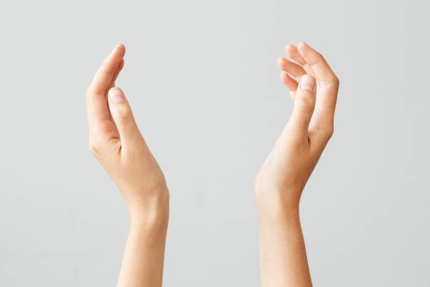 Weibliche Hand hält etwas auf isolierte Hintergrund – Foto