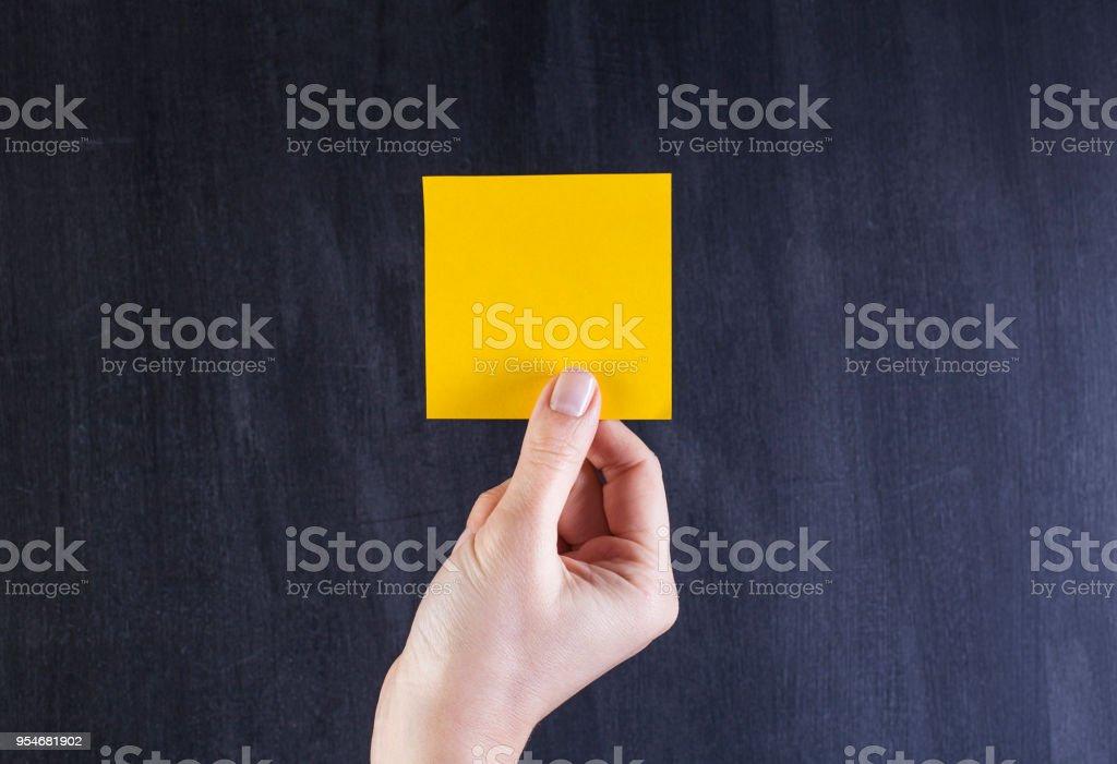 Weibliche Hand Holding Haftnotiz – Foto