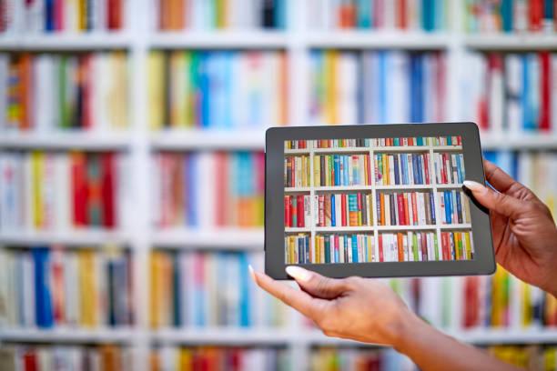 Weibliche Hand halten Tablet PC mit BücherRegalen – Foto