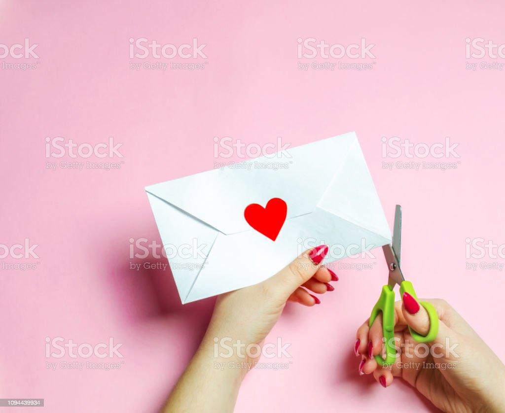 Photo Libre De Droit De Une Main Féminine Ouvre Enveloppe