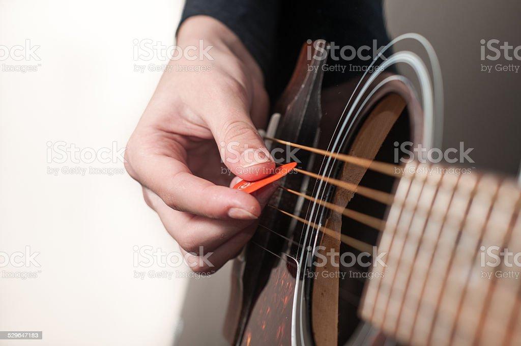 Weibliche hand spielen Akustische Gitarre – Foto