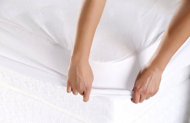 Weibliche Hand ziehen, weißer Bettwäsche – Foto