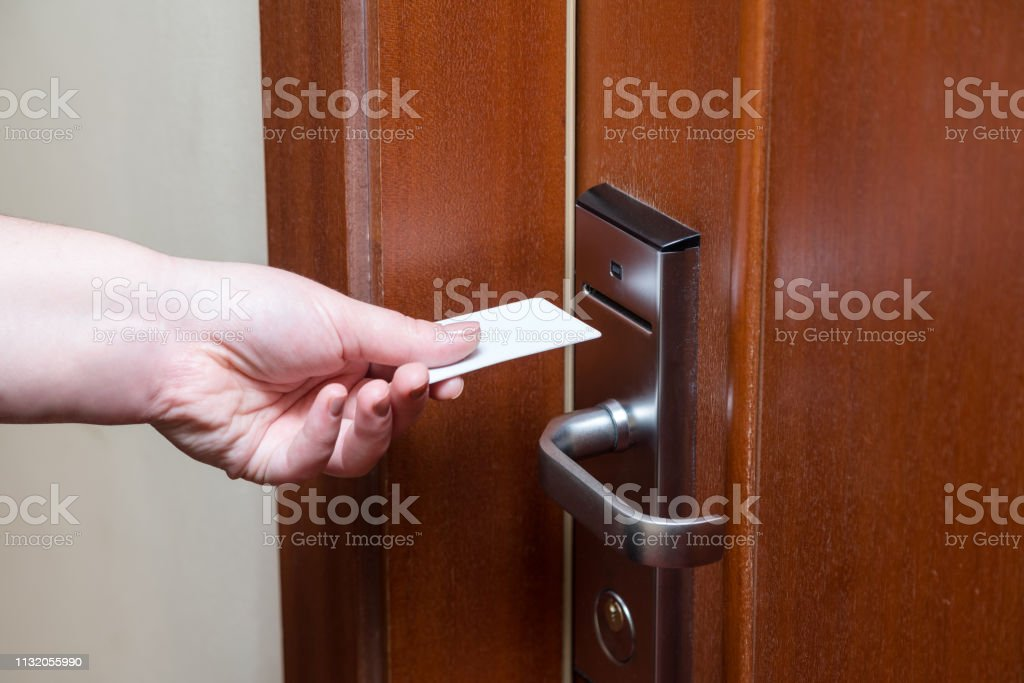 poner llave a la puerta translation