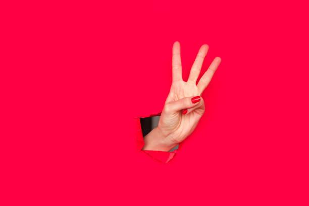 feminino mão mostrando três dedos - três objetos - fotografias e filmes do acervo