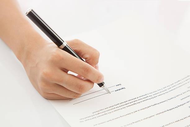 Weibliche hand Unterzeichnung Vertrag. – Foto