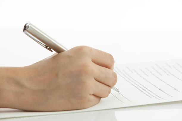 Weibliche hand Unterzeichnung Vertrag – Foto