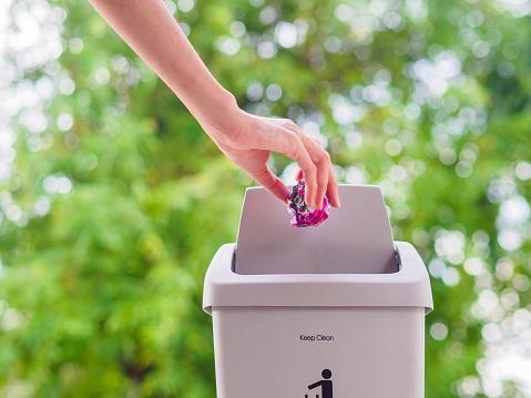 여성 손 Trowing Bokeh 배경에 쓰레기통에 종이 청소 개념입니다 가득 찬에 대한 스톡 사진 및 기타 이미지