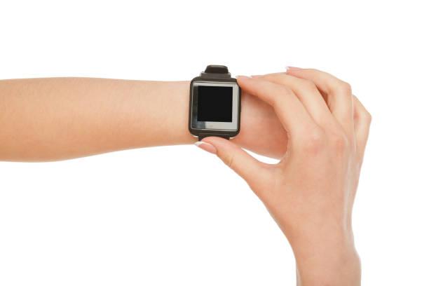 weibliche hand tragen smartwatch, ernte, ausschneiden - markenuhren damen stock-fotos und bilder