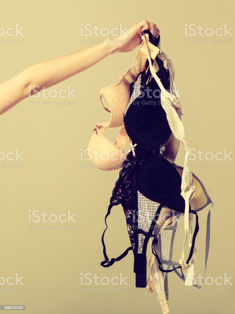 Weibliche Hand mit viele BHs zu tragen – Foto