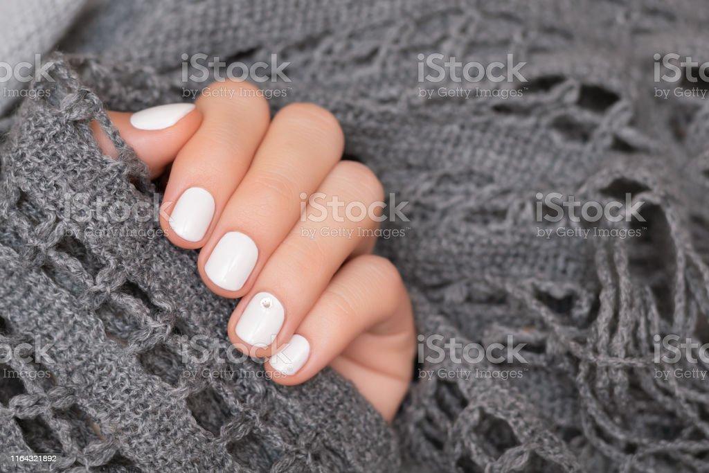 Mano Femenina Con Diseño De Uñas Blancas De Cerca Foto De