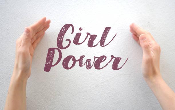 """weibliche hände, die text zitieren """"mädchenpower"""" auf weißem hintergrund - handschriftliche typografie stock-fotos und bilder"""