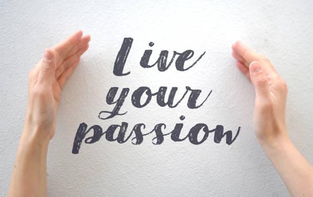 """weibliche hände, die text zitieren """"live your passion"""" auf weißem hintergrund - handschriftliche typografie stock-fotos und bilder"""
