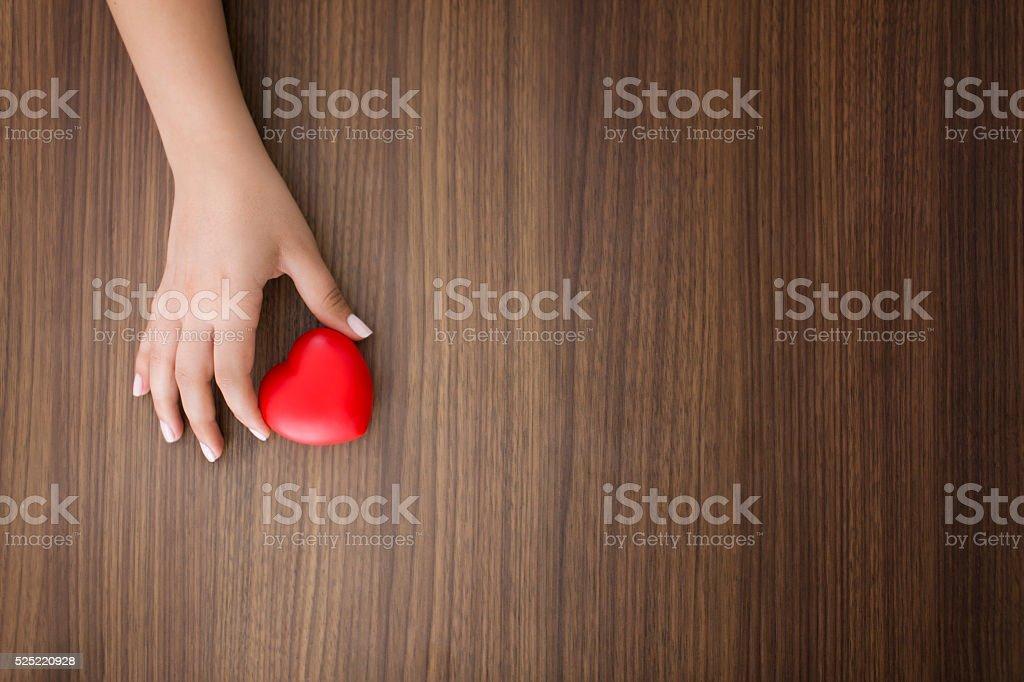 Weibliche Hände geben rote Herz – Foto