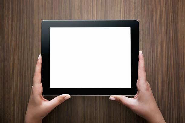 Weibliche Hände halten digitale tablet-computer – Foto