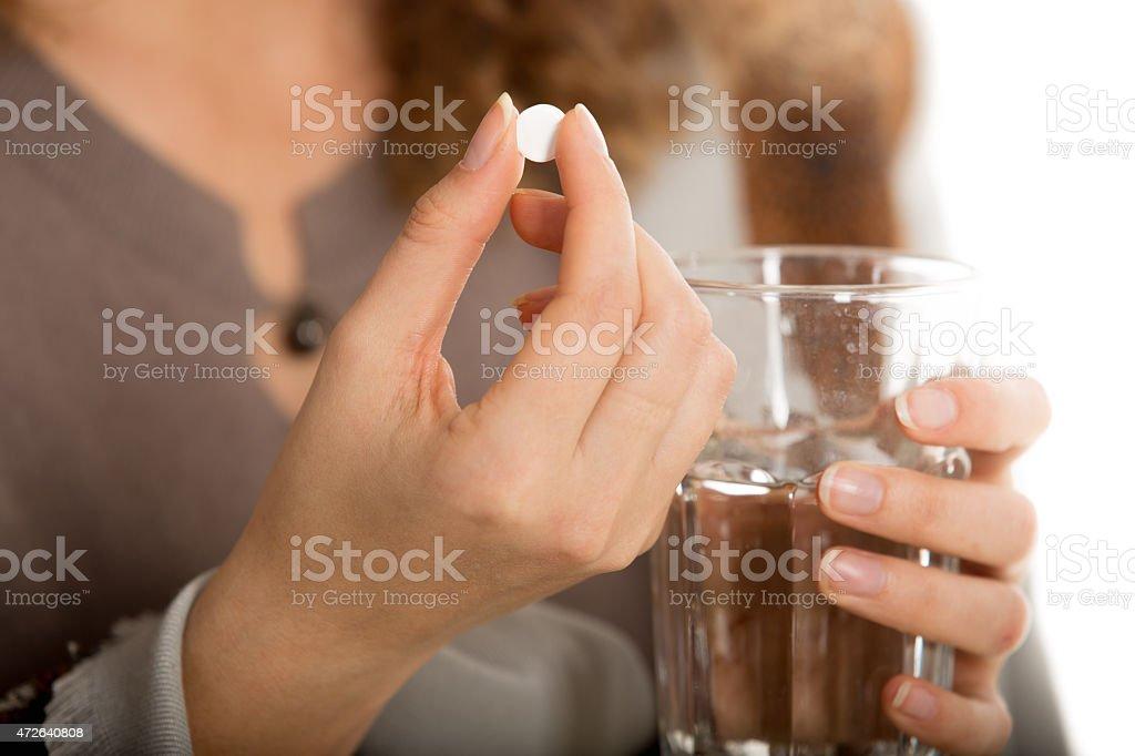 Weibliche Hände halten Tablette und Glas Wasser – Foto
