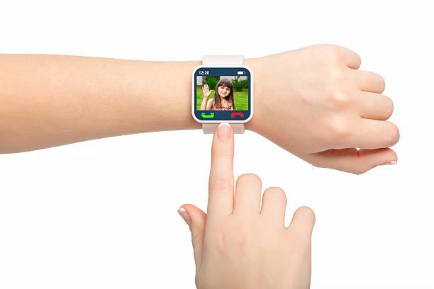 Weibliche Hände halten Sie mit video smash-television show – Foto