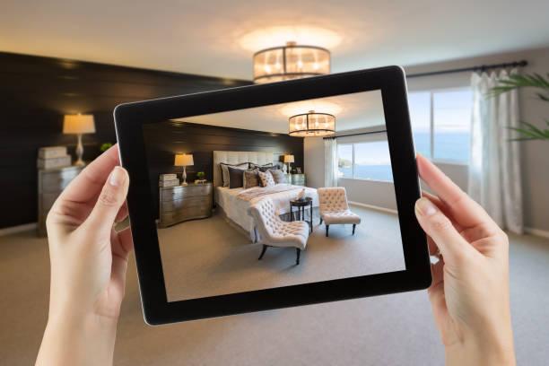 Weibliche Hände halten Computer Tablet In Raum mit Foto auf dem Bildschirm. – Foto