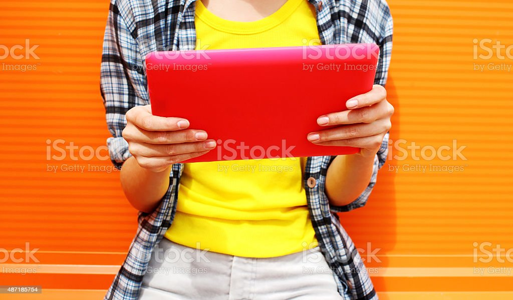 Weibliche Hand holding digital tablet pc – Foto