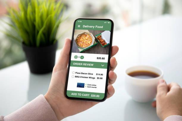 weibliche Hände halten Telefon mit App Lieferung Lebensmittel auf dem Bildschirm – Foto