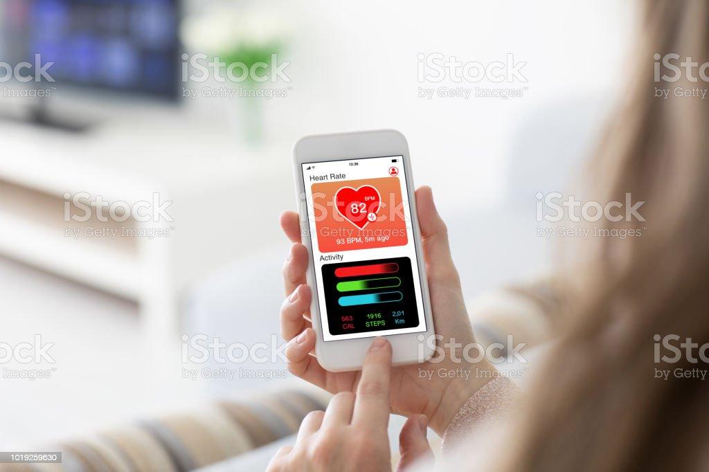Weibliche Hände halten Telefon app Gesundheit tracking Aktivität Bildschirm – Foto