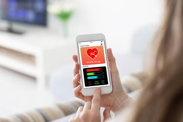 femininas mãos segurando o telefone com saúde app tela de atividade de controle - app - fotografias e filmes do acervo