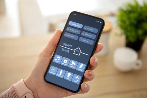 weibliche Hände halten Telefon mit App Smart Home auf dem Bildschirm – Foto