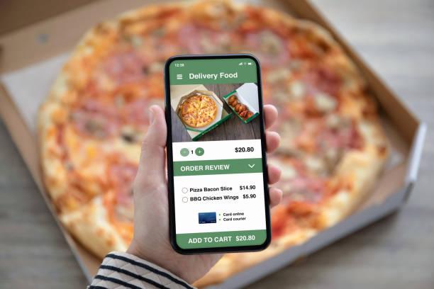 Weibliche Hände halten Telefon mit Lieferung Food App Pizza-Box – Foto