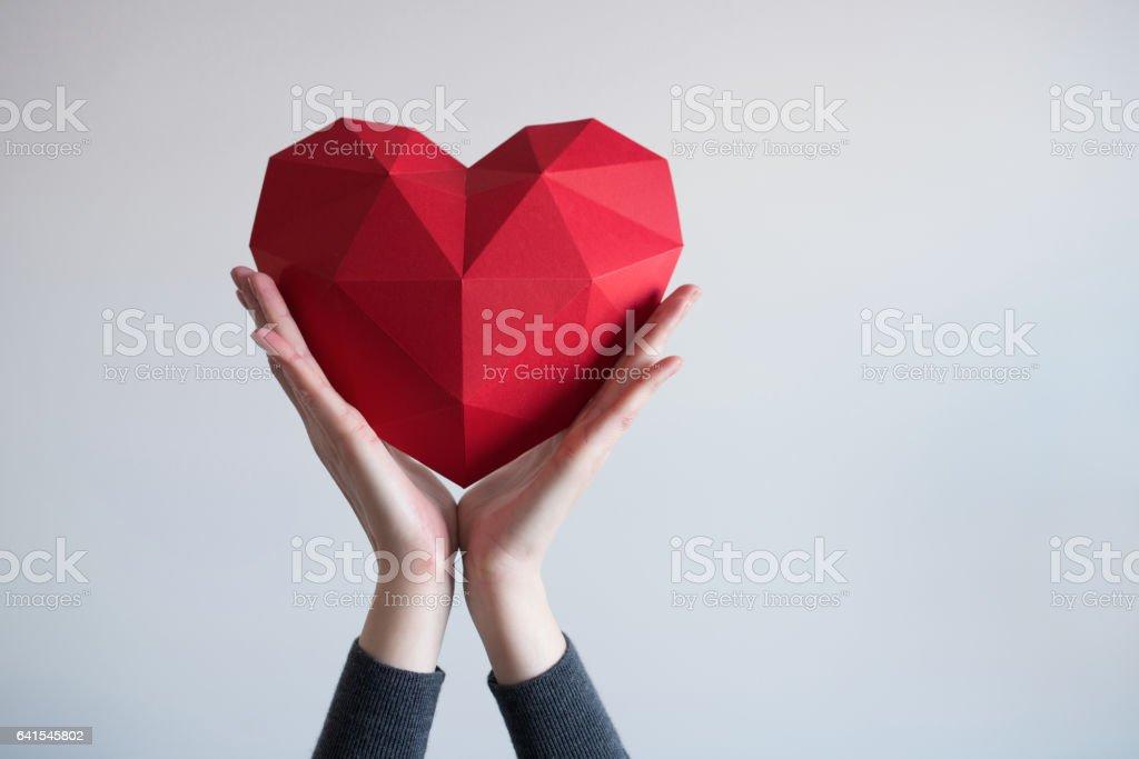 Weibliche Hände halten rote polygonalen Herzform - Lizenzfrei Arm - Anatomiebegriff Stock-Foto