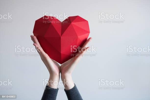 Weibliche Hände Halten Rote Polygonale Herzform Stockfoto und mehr Bilder von Herzform