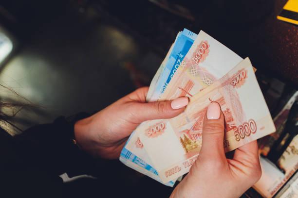 Weibliche Hände halten russische Banknoten von tausend Rubel. – Foto
