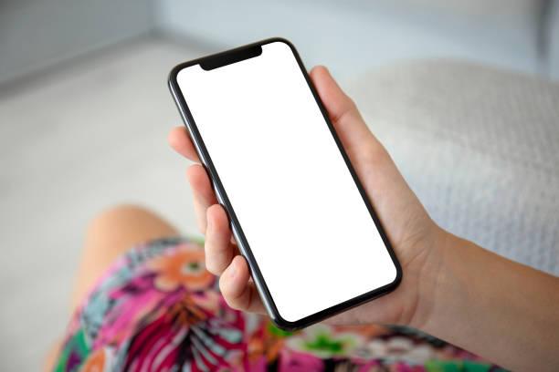 weibliche Hände in farbigen Kleid halten Telefon mit isolierten Bildschirm – Foto