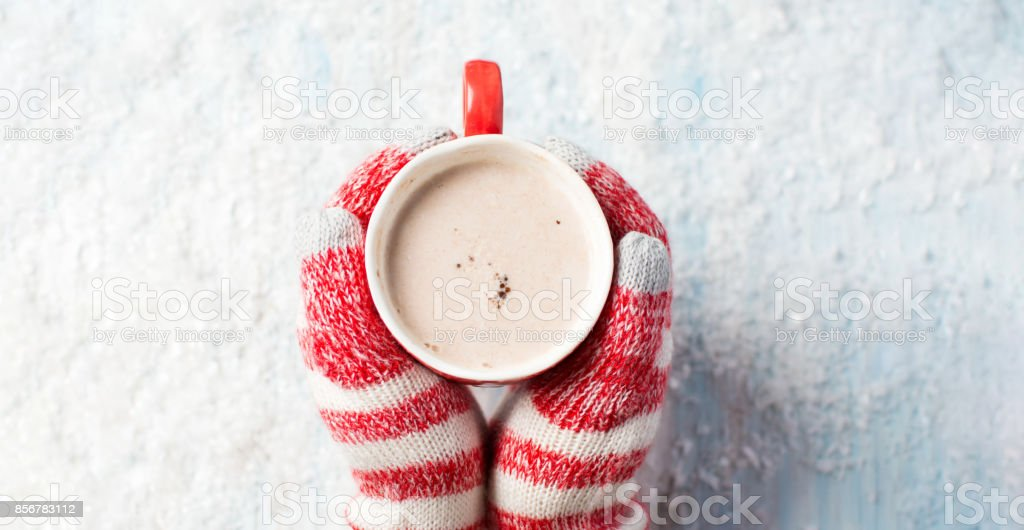 female hands in gloves holding hot chocolate - Royalty-free Acima Foto de stock
