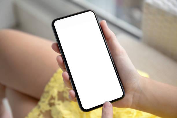 weibliche Hände in gelbem Kleid mit Telefon mit isoliertem Bildschirm – Foto