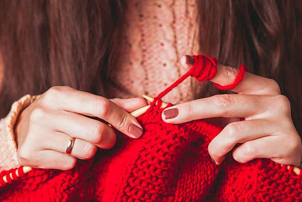 Weibliche Hände Strick-Pullover – Foto