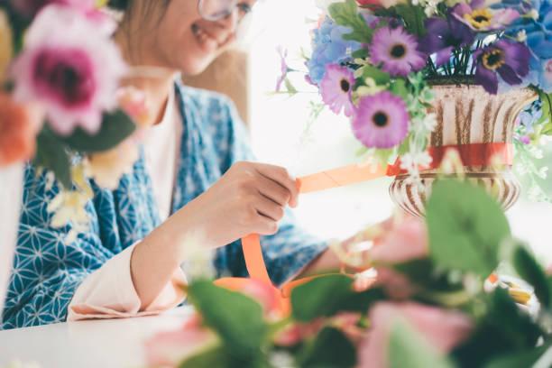 Weibliche Hände machen schöne Blume Zusammensetzung im Blumen-shop – Foto